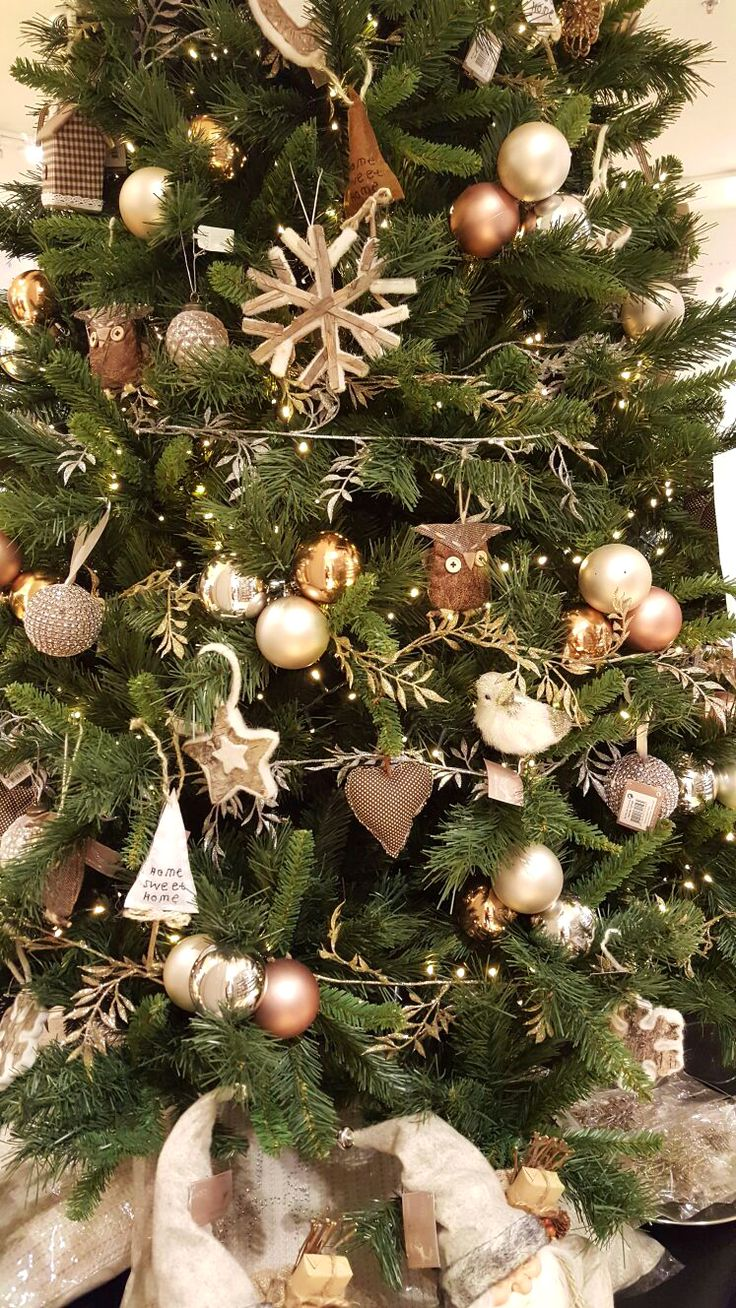 Beautifully decorated tree  displayed in a store window in Antwerp | It's all about Christmas