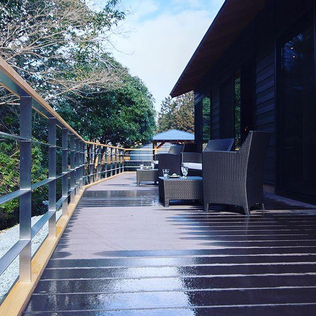 【tsukiyominoza】さんのInstagramをピンしています。 《伊勢 旅館 月夜見の座 雨上がりでも爽やかな朝をラウンジテラスで。 #旅館 #伊勢神宮 #温泉 #露天風呂 #旅行 #森 #ラウンジ #テラス #雨上がり #ise #onsen #japanese #travel #wood #japan #lounge #terrace》