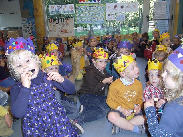 feestje van Eefje donkerblauw en koning goudgeel