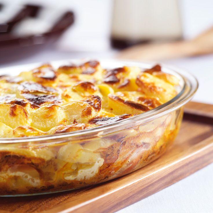 Klop het ei los met de crème fraîche, kerrie en peper en zout. Giet dit mengsel over de aardappellaag. Bak het gerecht in het midden van de oven in ca. 20 minuten goudbruin en gaar.