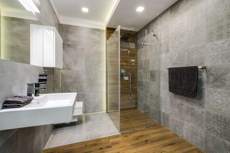 Ekspozycja Max-Fliz łazienka, łazienka klasyczna, płytki szare z wzorem, płytki szare matowe, umywalka biała, szafka wisząca biała, lustro, płytki drewnopodobne, styl klasyczny, styl nowoczesny, bateria chromowana. Łazienka Najwyższej jakości Płytki łazienkowe i kuchenne