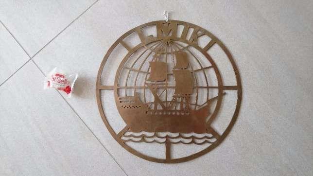 2 499 zł: Zestaw dwu częściowy - flaga, godło na ścianę . Stan jak na foto na fladze nadruk, na rewersie godła widać przeróbkę w epoce ze względu na zmianę nazwy Liga Morska i Rzeczną na LMK   Liga Morska i K...