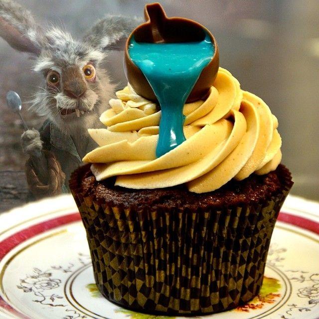 Mallymkun Dormouse: Ο θεοτρελος Μαρτιατικος Λαγός εγινε cupcake! Ο νευρικός March Hare εχει γεύση Bueno και ειναι πιο όμορφος απο ποτέ!