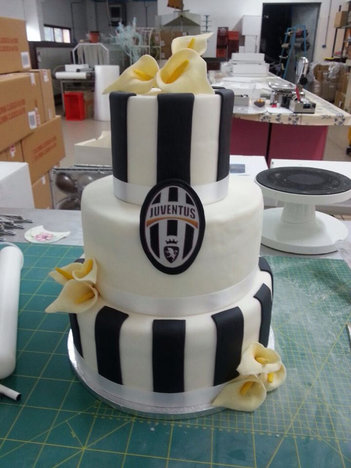 Juventus Cake! #lorisdolciumi #cakedesign #cakeart #forzajuve #juventus #calle #bianconero