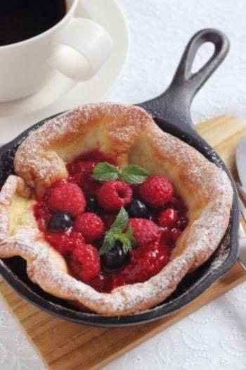 ベリーたっぷりのダッチベイビー。生のフルーツがない場合は、冷凍のフルーツでソースを作ってもOK。冷凍フルーツがあれば、思い立ったらいつでも作れるのもいいですね。