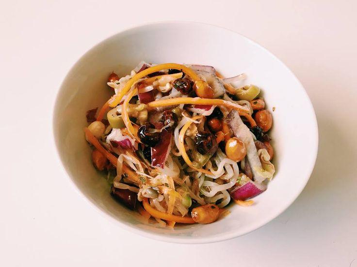 #47: Salada de moyashi com cenoura – Ingredientes: broto de feijão cozido cenoura crua em fios cebola roxa em pedaços amendoim cru uva passa azeitona verde fatiada Tempero: azeite sal açúcar vinagre