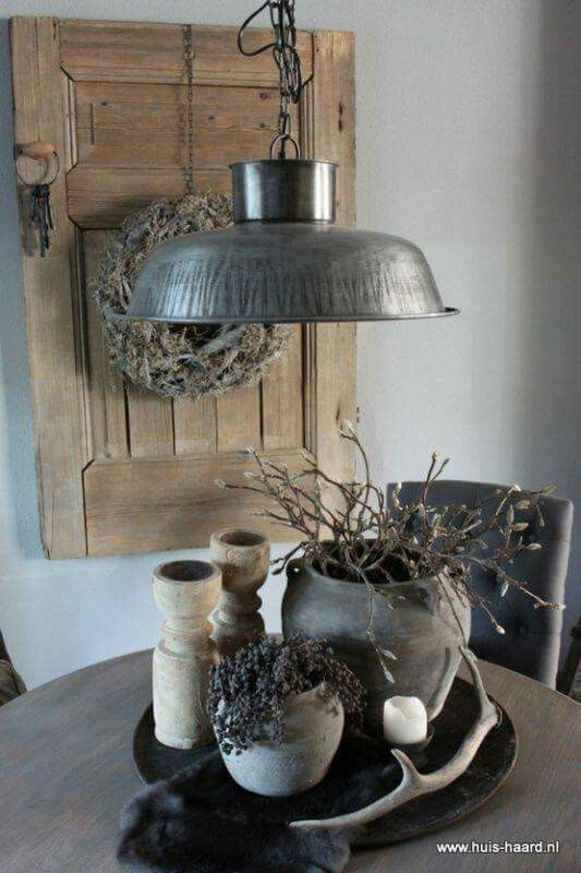 Round tray with well-suited flowers and rustic lamp