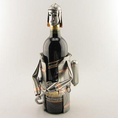 Wijnfleshouder brandweerman. (levering zonder wijnfles) Afmeting 33x22x20 cm, Gewicht:1.00 kg.