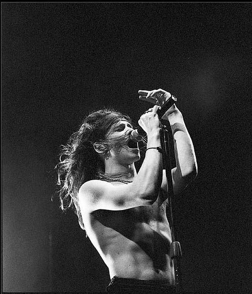 Enrique Bunbury, cuyo nombre real es Enrique Ortiz de Landázuri Yzarduy, músico español, nacido en Zaragoza, el 11 de Agosto de 1967. Ex vocalista del grupo Heroes del Silencio, actualmente solista, se presenta junto a su banda, Los Santos Inocentes.