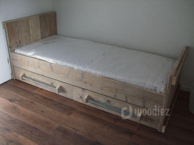 WOODIEZ | Strak bed van steigerhout met handgrepen van steigerbuis.  #slaapkamer #inspiratie #steigerhout
