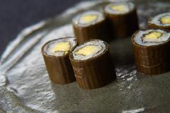 おせち特集/くりたに教わるおせち/求肥巻き昆布を長時間蒸し、甘酢に漬けて乾燥させたものを『求肥昆布(ぎゅうひこぶ)』という。針ショウガを芯に小鯛の笹漬けを巻き込んで。
