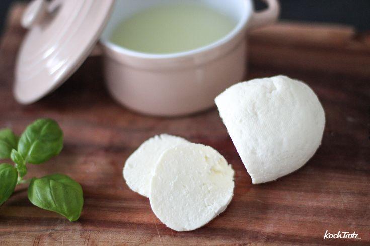 Dieser Käse steht gefühlt schon Jahre auf meiner To-Do-Liste! Käse selbst herstellen ist wirklich einfach und ich bin begeistert.
