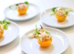 Gevulde perziken met tonijn salade