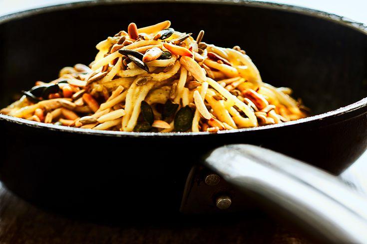 Spaghetti mit Zucchini und Mandelmus ist ein veganes Nudelrezept. Weißes Mandelmus macht die Pasta statt Sahne sämig und schmeckt leicht nussig.