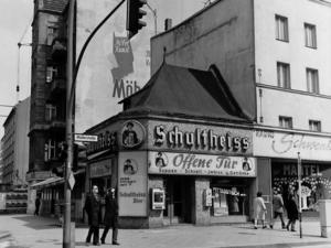Berliner Eckkneipe an der Muellerstrasse-Ecke Seestrasse 1973