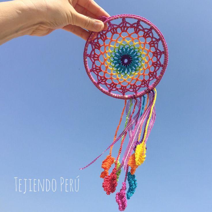 #Crochet: #atrapasueños arcoíris! Dice la leyenda que si ponen un atrapa sueños en la cabecera se su cama dejará pasar solo los sueños bonitos :) Video tutorial del paso a paso! #dreamcatcher