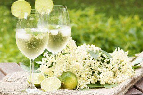 Ein Hugo Cocktail ist im Sommer nicht mehr wegzudenken. Erfrischend und bekömmlich ist er eine tolle Alternative zum Aperol Sprizz.elderflower mint prosecco soda