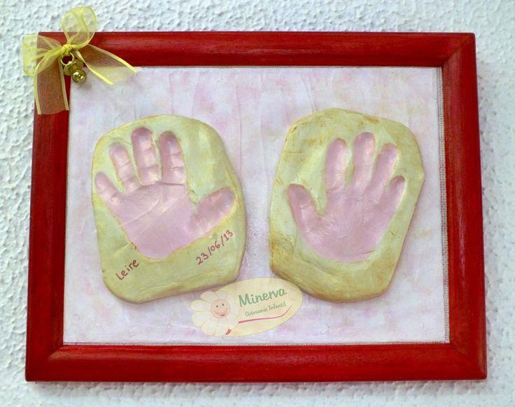 Cuadro personalizado con las huellas de la pequeña Leire de un añito. Es un bonito y tierno regalo para decorar la habitación de los bebés.
