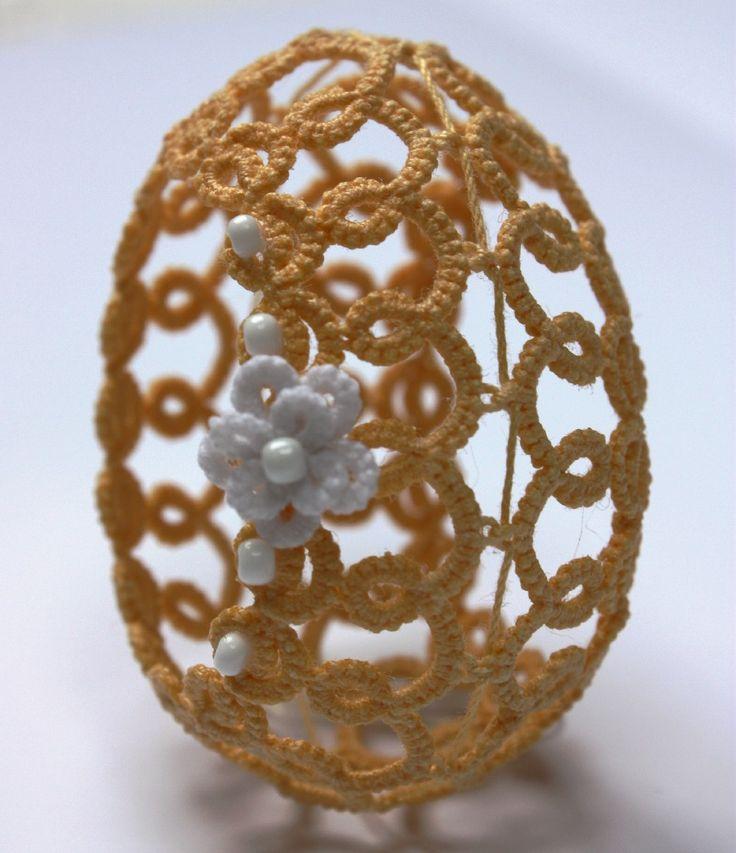 Uova di Pasqua in pizzo giallo scuro