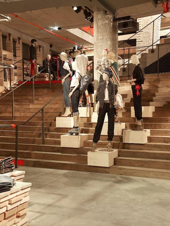 Il y a quelques jours, Levi's a inauguré son nouveau flagship store européen sur les Champs-Elysées. Imaginée par Cristiano Benzoni et Sophie Thuillier de l'agence REV Architecture, la boutique déploie ses 1 000 mètres carrés au numéro 78 de l'a...