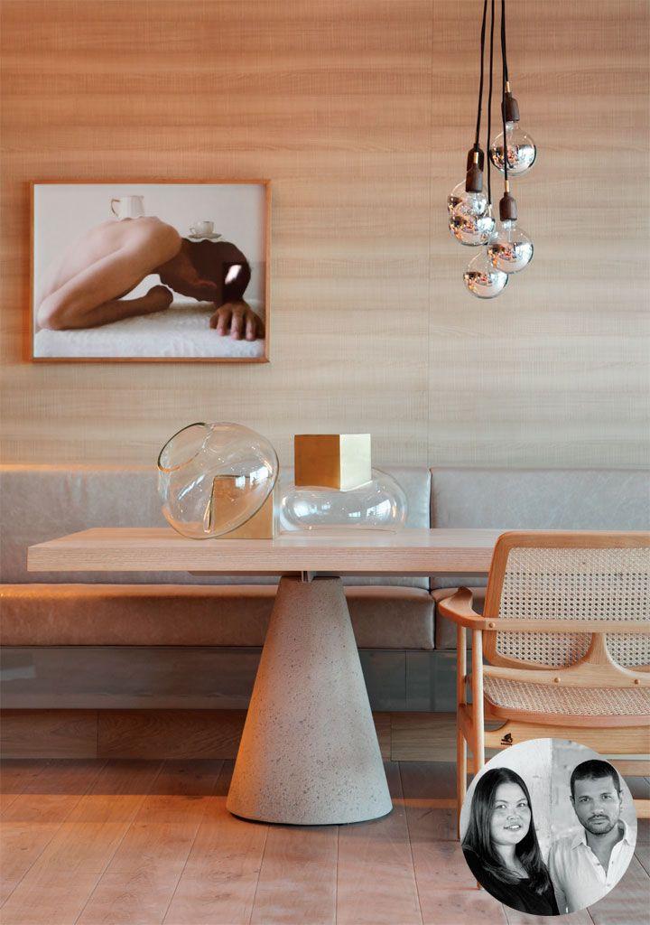 Em vez de cadeiras, um lado da mesa de jantar (Way Design) acomoda o comprido banco de couro. Pendente Smith, de Jader Almeida.