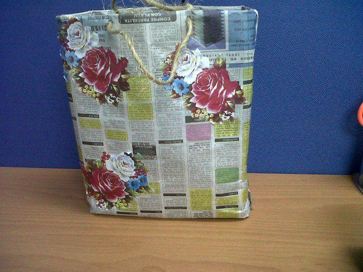 Bolsa confeccionada en papel periodico