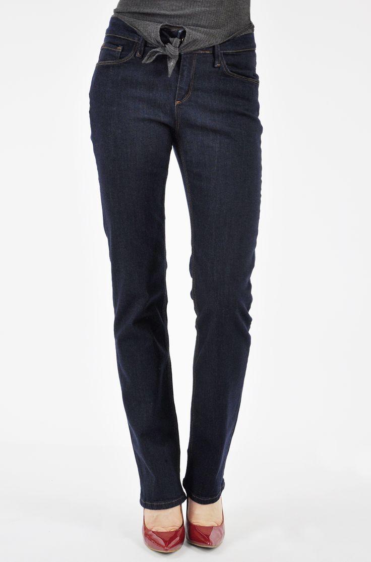 Ciemnoniebieskie spodnie jeansowe damskie Cross Jeans.