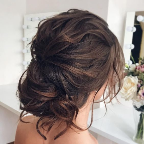 10 inspirações de penteados presos para madrinhas - No Mundo Feminino in 2020 | Bridal hair updo, Wedding hairstyles, Wedding hair, makeup