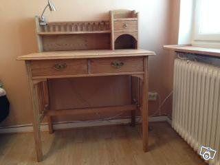 Skrivbord, litet nätt skrivbord i furu