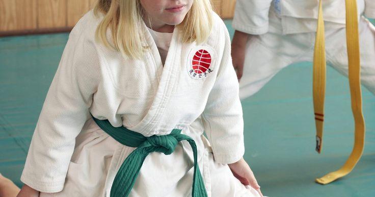 Lista de calentamientos de karate para niños. El karate es una actividad físicamente exigente. Para niños y adultos por igual, los calentamientos ayudan a soltar los músculos, construir una resistencia física y centrar las mentes de los estudiantes en la clase. Los niños pueden aburrirse fácilmente si simplemente haces un ejercicio de aeróbicos. Cuando calientes con niños jóvenes, puede que ...