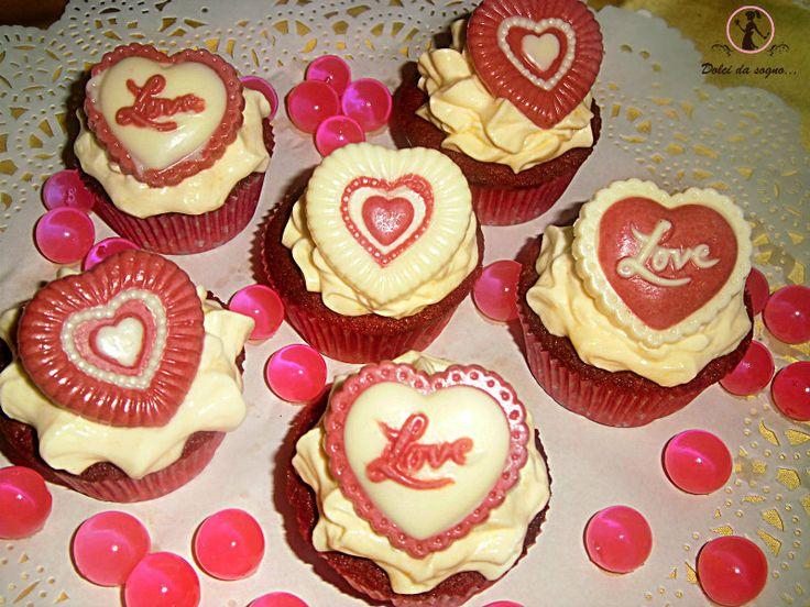 red velvet cupcake decorati con cioccolatino a cuore