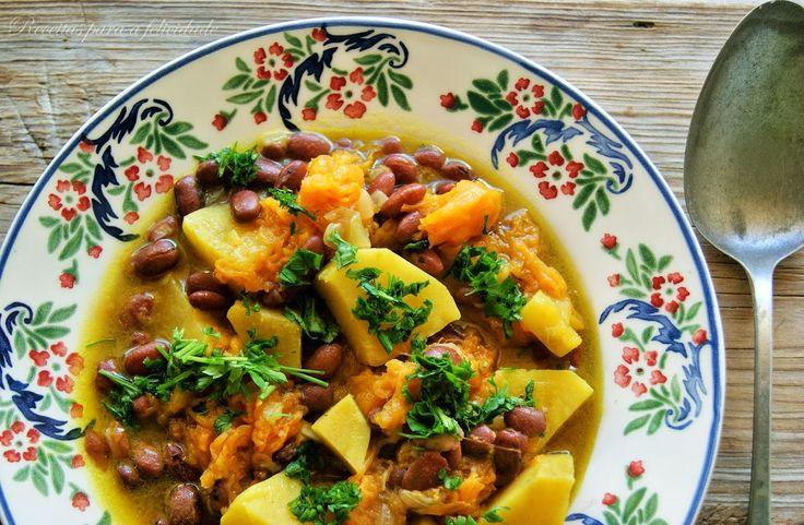 A receita original leva carnes e enchidos; esta versão vegetariana opta por legumes e especiarias