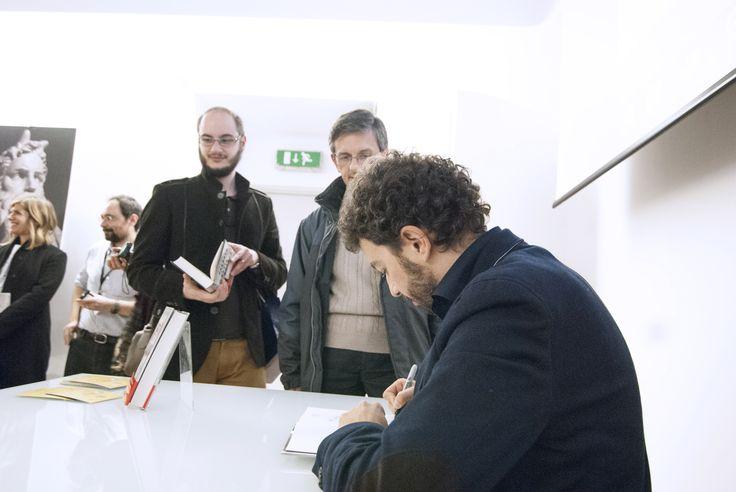 """Alla Mondadori di Milano (Duomo) per la presentazione de """"Il passato è una bestia feroce"""" (foto: Roberta Baria)."""