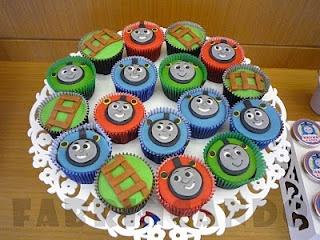 Cupcakes: Friends Parties, Cupcakes Thomas, Bday Parties, Parties Theme, Party, Festa Thomas, Seus Amigos, Cupcakes Rosa-Choqu, Friends Bday