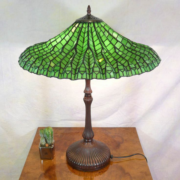 Lampe tiffany fauteuil baroque ou meubles art d co table lamps tiffany lamps louis comfort - Meuble tiffany ...