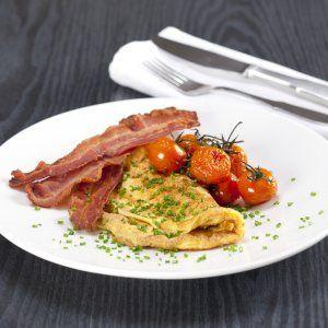Omelet med bacon og bagte tomater opskrift