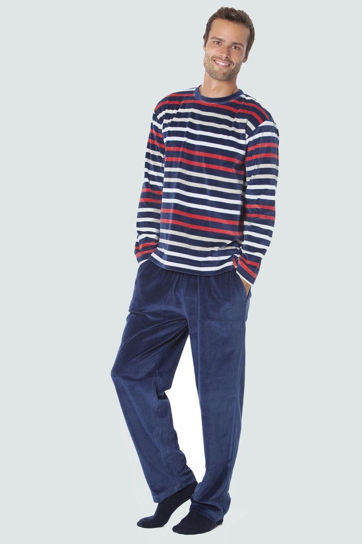 Pijama Punto Blanco modelo IDENTITY de velours con camiseta tejida a rayas de tres colores combinada con pantalón liso color azul y bolsillos en los laterales.