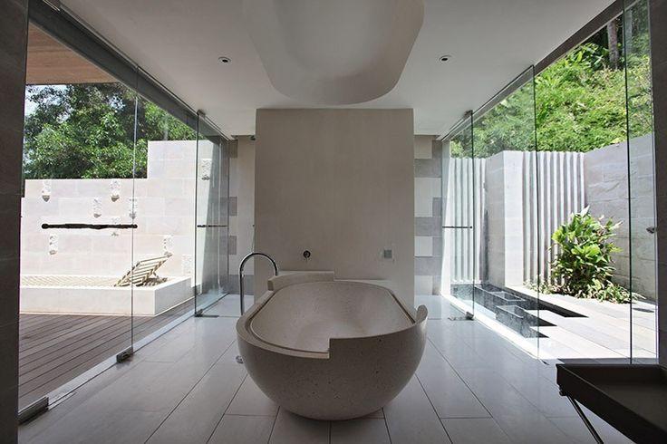 Freistehende Badewanne für zwei mit hohem Rückenteil in Beton-Optik