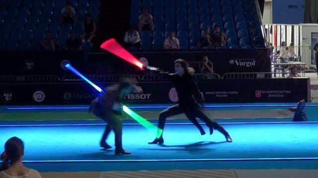 フェンシング選手が剣をライトセイバーに持ち替えた!世界大会で選手2人が披露した、ライトセイバーによる熱き戦い