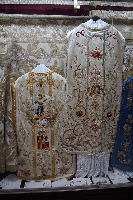 Ceremonia y rúbrica de la Iglesia española - La casulla - Ornamentos