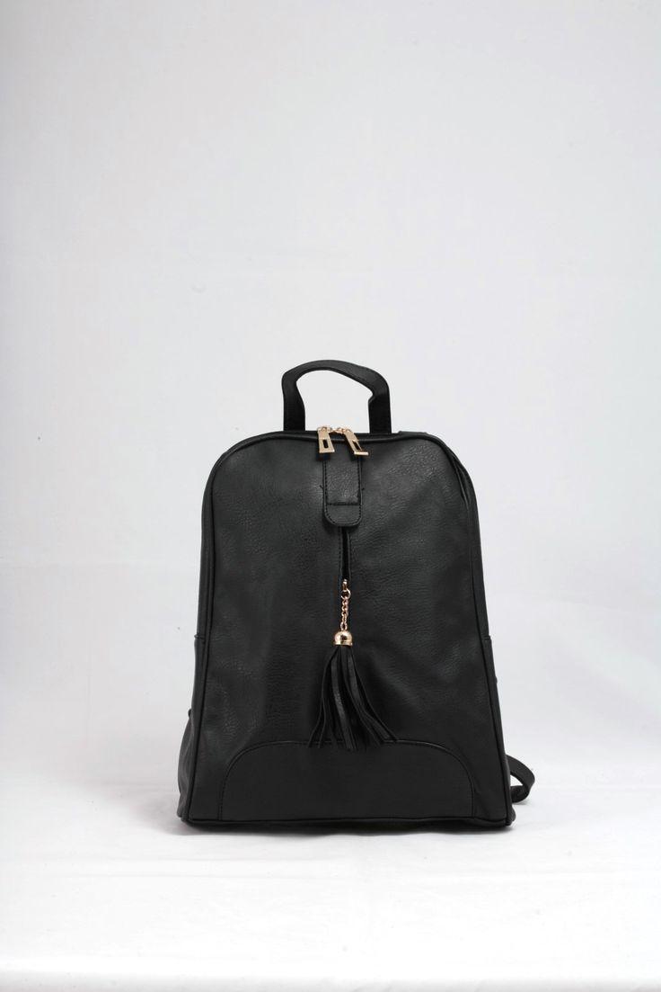 Σακίδιο πλάτης μαύρο με ωραίες λεπτομέρειες.  Μπροστινή τσέπη με διακοσμητική φούντα. Τιμή έκπτωσης 19,20€