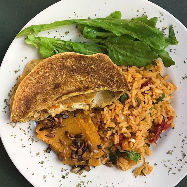 """Pausa no trabalho para o almoço INCRÍVEL do @cafebonobo. Adoro esse lugar! ✨ Omelete de grão de bico recheado com queijo de castanhas + risoto de tomates secos + purê de batata doce laranja com sementes de girassol + rúcula. O prato """"original"""" é bem maior, mas eu pedi para servirem metade do que serviriam do purê e do risoto, para evitar desperdícios. Sempre sugiro que meus pacientes façam isso quando comerem fora, pois as porções de restaurantes costumam ser bem fartas!   Jogar comida no…"""