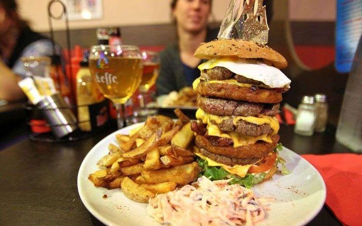 Angoulême : le phénoménal retour du burger The King Tower, Chez Mégane et Bastien, porte bien son nom. C'est le plus gros burger d'Angoulême. Pour les très très grosses faims.