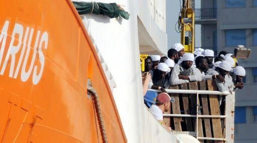 """Vor der Küste Libyens sind mehr als 1500 Flüchtlinge aus dem Mittelmeer gerettet worden. Wie die italienische Küstenwache mitteilte, wurden am Montag Menschen von insgesamt 16 Booten geborgen. An den Einsätzen waren auch die italienische Marine, Schiffe der EU-Mission """"Sophia"""" und Hilfsorganisationen"""