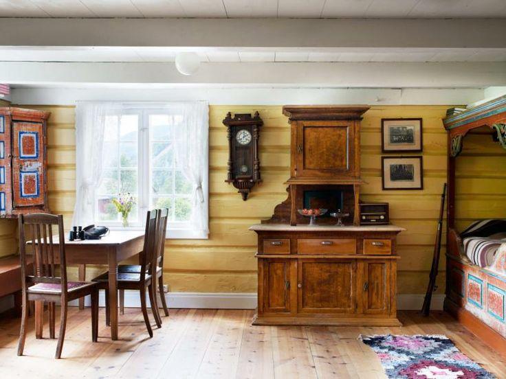 Allrom: Første etasje i nystog fungerte som soverom, «moderne» kjøkken med peis og pipe, kontor, stue og allrom. Men på gården hadde de fortsatt årestua, som ble mest brukt om somrene fordi det var kaldt der.