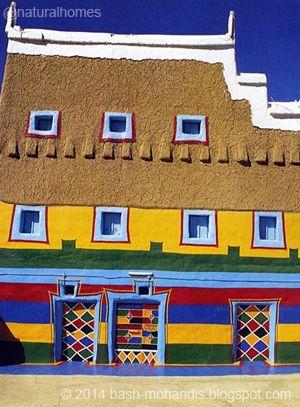 Estas son las casas de barro de la región de Asir, en Arabia Saudita. Filas de losas, que sobresalen de las paredes, hacen que la lluvia caiga en cascada, lejos de la vulnerable arcilla. Más fotografías en www.naturalhomes.org/es/homes/asir-mud-house.htm