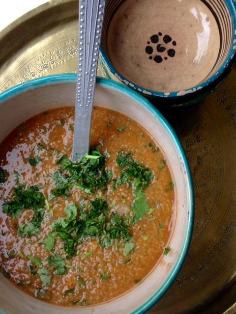 Chorba (soupe) de blé vert (frikeh) au bouillon de poulet et pois chiches