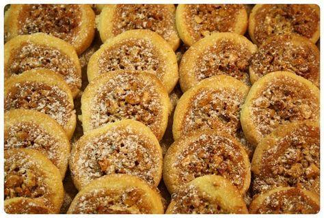 Další novinkou letošních Vánoc jsou medová hnízda – křehké těsto s medovo-ořechovou náplní, které rozhodně ještě zopakujeme. Suroviny: 250 g hladké mouky na špičku nože prášku do pečiva 1 žloutek 150 g másla 100 g moučkového cukru 1 sáček vanilkového cukru náplň: 100 g medu 100 g jader vlašských ořechů (lískových ořechů, mandlí…) Postup: Ze surovin …