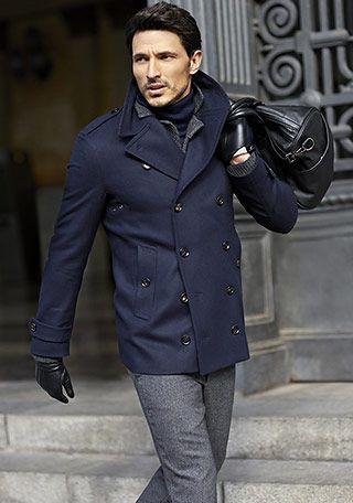 黒のレザーバッグが映えるシンプルなカラーの組み合わせ。参考にしたいビジネスバッグのスタイル。