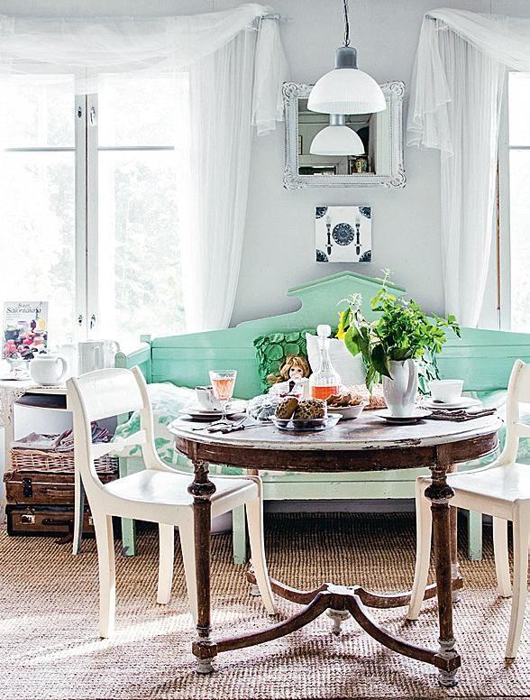 Keittiön keskipisteenä on upea vihreä talonpoikaissohva, joka on hankittu huutokaupasta. | Haaveiden huvila | Koti ja keittiö | Jonna Kivilahti | Krista Keltanen